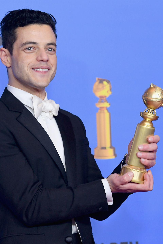 Rami Malek mit seinem Golden Globe als bester Hauptdarsteller im Genre Drama fürBohemian Rhapsody.