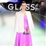 """Was für ein Auftritt: Bei der Premiere von """"Glass"""" zeigt sich Sarah Paulson in einem echten Wow-Look. In ihrem pinkfarbenen Kleid steht sie in grünen Flammen. Farblich passend dazu wählt sie hängende Ohrringe und eine glitzernde Clutch in Grüntönen. So richtig kommt ihr Look aber erst zur Geltung als sie Sarah ihre Jacke ablegt."""
