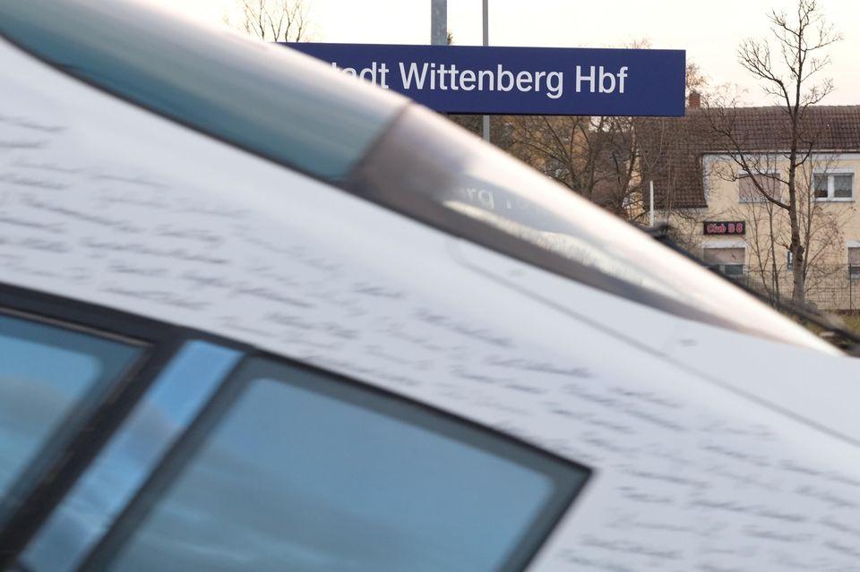 Ein ICE fährt durch den Bahnhof Wittenberg
