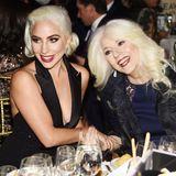 """Ein Herz und eine Seele: In New York City besucht Lady Gaga gemeinsam mit ihrer MutterCynthia Germanotta die """"The National Board of Review Annual Awards Gala"""" und es wird deutlich, von wem die Sängerin ihr gutes Aussehen geerbt hat."""