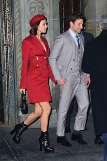 """Gegen diese beiden haben Bonnie & Clyde keine Chance: Irina Shayk und Bradley Cooper zeigen sich Hand in Hand und super stylisch auf dem Weg nach Hause. Bradley, der mit seinem Film """"A Star is Born"""" gerade auf keiner Preisverleihung fehlen darf, wird stets von seiner hübschen Partnerin begleitet."""