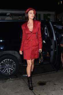 Irina trägt ein rotes Kleid von Versace unter dem die schwarzen Dessous von Intimissimi hervorblitzen. Der rote Beret-Hut und die schwarzen Lack-Boots machen den coolen Look perfekt.