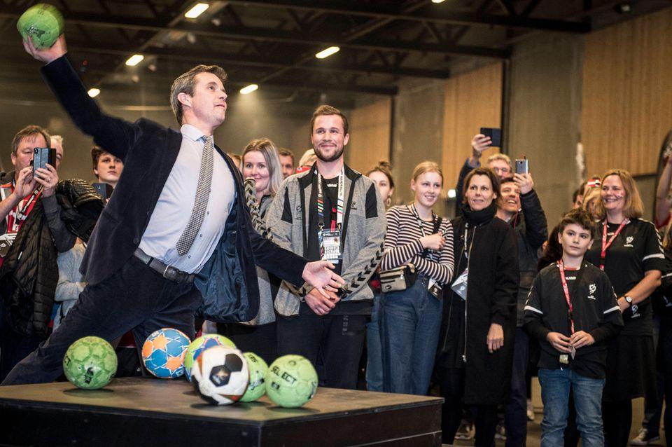 10. Januar 2019  Prinz Frederik probiert sich vor dem Eröffnungsspiel der Handball-Weltmeisterschaft (Dänemark gegen Chile) in der Royal Arena in Kopenhagen als Ballakrobat.