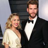 Besonders Miley Cyrus hat in den vergangenen Jahren einen unglaublichen Wandel durchlebt. Zwischenzeitlich trägt sie ihre Haare kurz, zeigt sich in kunterbunten Looks und rebelliert ganz offensichtlich gegen ihr Hanna-Montana-Image an. Heute ist sie wieder zur Ruhe gekommen und hat ihre elegante Seite wieder entdeckt. Auf dem roten Teppich geben sie und Liam (der jetzt Bart trägt) ein Glamour-Paar ab.