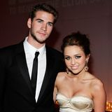 Im März 2010 zeigen sich Liam Hemsworth und Miley Cyrus erstmals als Paar auf dem roten Teppich. Sie ist damals 17, er 20 Jahre alt. Miley ist noch immer der Disney-Star und pflegt ein sauberes Image samt Girly-Look. Das soll sich jedoch gewaltig ändern...