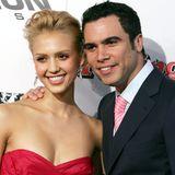 """In 2004 lernen sich Jessica Alba und Cash Warren kennen. Für ihre Rolle in """"Sin City"""" lässt sich die Schauspielerin ihre Haare ein Jahr später extrem blondieren."""