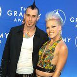 Passender geht es kaum: Pink und Carey Hart finden sich in 2001 und rocken von dort an jeden Carpet zusammen. Ihr Style ist rebellisch, punkig.