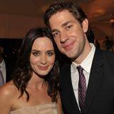 Seit 2009 sind Emily Blunt und John Krasinski ein Hollywood-Paar und tauschen ein Jahr später sogar Ringe aus. In ihrer Dating-Phase ist Emily noch dunkelbrünett, während John sie mit einem aalglatten Look um den Finger wickelt.