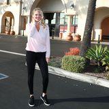 Für ein Shooting als Testimonial für eine Sportmarke schmeißt sich Kate Upton in ein bequemes Outfit und zeigt ihren After-Baby-Body: Zu einer schwarzen Leggings kombiniert sie schwarze Sneaker und ein rosafarbenes Wickelshirt. Fröhlich lächelt die 26-Jährige in die Kamera und versprüht ihren strahlenden Mami-Glow.