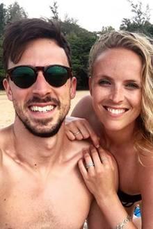 Handball-WM 2019: Offenbar haben die Spieler der deutschen Handball-Nationalmannschaft eine Vorliebe für Liebes-Selfies am Strand. Auch Patrick Groetzki vom Verein Rhein-Neckar Löwen, posiert mit seiner Frau, Jenny Kempf, am Strand.