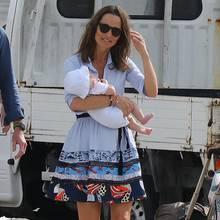 Pippa Middleton zeigt sich nach ihrem Feiertagsurlaub auf St.Barts gut erholt und leicht gebräunt. Es ist das erste Mal, dass wir sie mit ihrem Sohn Arthur (3 Monate) sehen. In einem sommerlichen Blusenkleid und mit Palmen-Espadrilles ist bei ihr von Winter-Blues keine Spur.