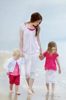 Mutter und ihre beiden Kinder