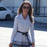 Das hellblaue Blusenkleid mit gemustertem Rand von Maje trug sie bereits im Jahr 2017 an einem anderen Flughafen: Für ihre Reise in die Flitterwochen nach Australien trägt die jüngere Schwester von Herzogin Catherine das Kleid mit Wedges und einer XL-Beach-Bag. Ihr Haar ist etwas länger, doch ansonsten hat sich Pippa nicht viel verändert. Selbst die Sonnenbrille scheint die gleiche zu sein.