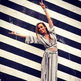 Superstylisch zeigt sich Annemarie Carpendale beim Spaziergang durch den Wynwood Art District in Miami im grau-weiß gestreiften Leinenkleid. Und dieser Look kommt uns bekannt vor.
