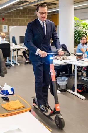 11. Januar 2019  Huuuii! Rasantrollt Prinz Daniel mit innovativer Elektromotorisierungdurch die Räume des Business Labs, der Handelshochschule in Stockholm.