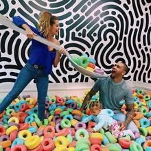 11. Januar 2019  Aaah! Dominic Harrison bekommt von seiner Frau Sarah eine extragroße Portion bunte Cerealien in den Mund geschoben, während sich die süße Mia die bunte XXL-Deko genau unter die Lupe nimmt. Na, dann vielSpaß noch beim Frühstück!