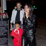 Für eine gemeinsames Familiendinner haben sich Kourtney Kardashian und ihre Nichte North West in Schale geworfen. Und North fällt mit ihrem Luxus-Jogging-Look in Knallrot natürlich besonders auf.