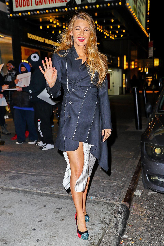 Beim Anblick von Blake Lively im knappen Blazer-Dress wird uns selbst ganz kalt, schließlich friert New York derzeit mit Minusgraden. Ein Mantel hätte aber wohl den Effekt des asymmetrischen Outfits genommen. Na, dann mal schnell ins Taxi!
