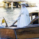 """11. Januar 2019  Selig lächelnd wie ein echter Papst schwebt John Malkovich für sein aktuelles Projekt""""Der Neue Papst"""" im Boot durch die Kanäle Venedigs."""
