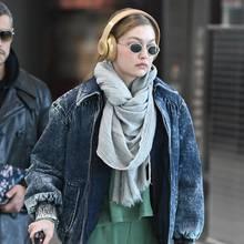 Paparazzi erwischen Gigi Hadid am Flughafen von Mailand, wo sie in den kommenden Tagen als Model arbeiten muss. Hoffentlich hat sie ihren Jetlag bis dahin überwunden und muss ihre müden Augen nicht mehr hinter ihrer Sonnenbrille verstecken.