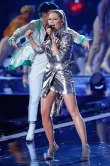 Power-Look Nr. 2: Auf der Bühne und beim Wiedersehen mit ihrem Ex Florian Silbereisen präsentiert sich Helene dann im knappen, futuristischen Metallic-Look.