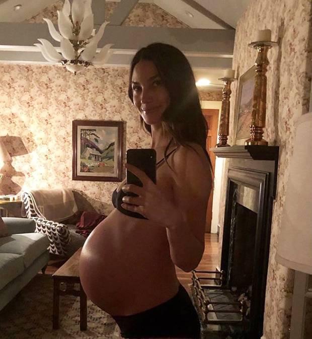 """""""Ready to..."""" und dann ein Knall-Emoji, eine Popcorntüte und ein Luftballon.Das kann nur eines bedeuten: Bei Topmodel Lily Aldridge kann es jeden Moment soweit sein mit der Geburt. Ganz offensichtlich, runder könnte ihr Babybauch wohl kaum noch werden."""