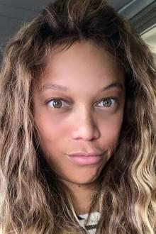 Supermodel Tyra Banks sieht auf diesem Selfie nach eigenem Kommentar nicht nur aus wie ihr Sohn, sondern ganz ohne Make-up auch 20 Jahre jünger. Die 45 Jahre nimmt ihr mit diesem natürlichen Look sicher niemand ab.