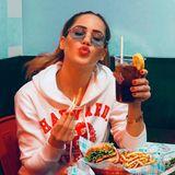 """""""Es ist Zeit für Burger"""", kommentiert Angelina Heger ihr Foto beiInstagram und zeigt sich bei einem ordentlichen Fast-Food-Festmahl in Los Angeles: Vor ihr liegenein saftiger Cheeseburger und krosse Pommes, die einen allein vom bloßen Anblick hungrig werden lassen. Standesgemäß darf auch der Becher mit eisgekühlter Cola darin nicht fehlen – US-Lifestyle vom Feinsten!"""