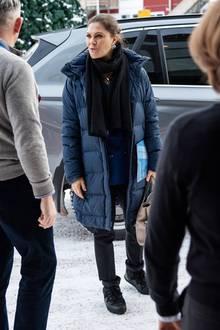 Bei ihrer Ankunft trug Victoria nämlich nur einen dunkelblauen Daunenmantel gegen die Stockholmer Kälte, sondern auch noch anderes Schuhwerk, feste Schneestiefel,damit ihr der Schnee keinen Strichdurch die Rechnung macht.