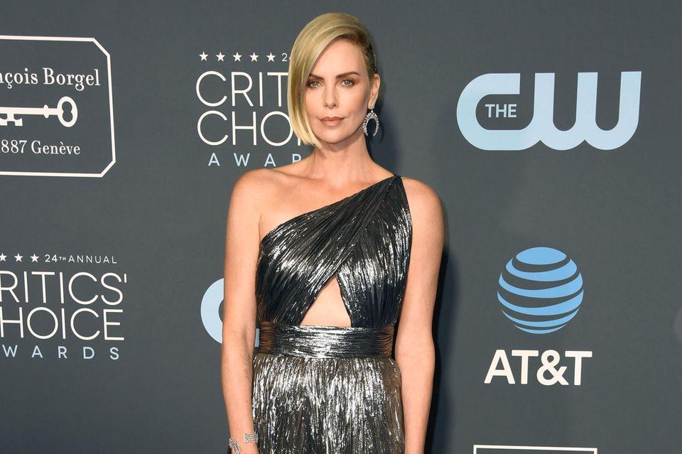 Charlize Theron glänzt in Givenchy. Der raffinierte One-Shoulder-Ausschnitt und das dreieckige Cut-Out machen das Kleid mit Farbverlauf zu einem ganz besonderen Hingucker. Ebenso schön glänzt der Schmuck von Messika an ihr.
