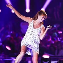 """Auf der Bühne der TV-Show """"Schlager Champions"""" gibt Andrea Berg alles für die Zuschauer. Bei diesem sexy Minikleid muss die 52-jährigeSängerin allerdings aufpassen, wie hoch sie ihr Bein beim Tanzen hebt."""