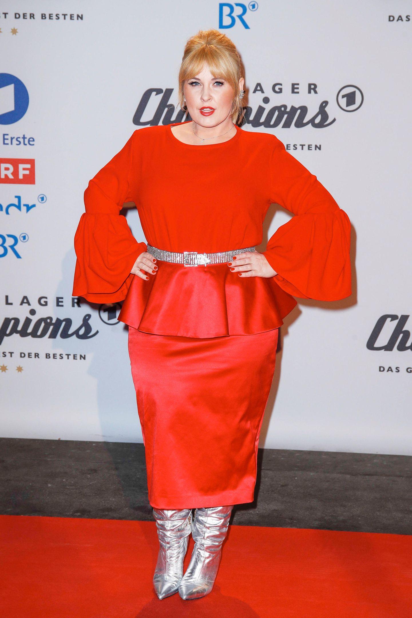 """Lady in Red: Kollegin Maite Kelly zog in diesem glamourösen Outfit auf dem Red Carpet der""""Schlager Champions"""" ebenfalls alle Blicke auf sich."""