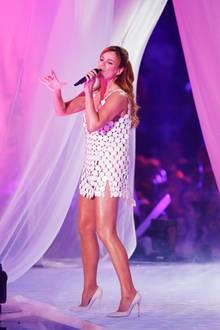 Wow! Das knappe Bühnenoutfit von Andrea Berg bringt ihre beneidenswert durchtrainierten Beine perfekt zur Geltung. Noch kürzer hätte das Dress allerdings nicht sein dürfen ...