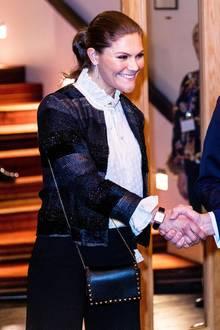 Victorias quadratische Armbanduhr und ihre schwarze Nieten-Umhängetasche runden ihren Look gekonnt ab. Ohne die passenden Statement-Accessoires wäre dieser Look womöglich auch zu konservativ gewesen für die schöne Prinzessin, finden Sie nicht?