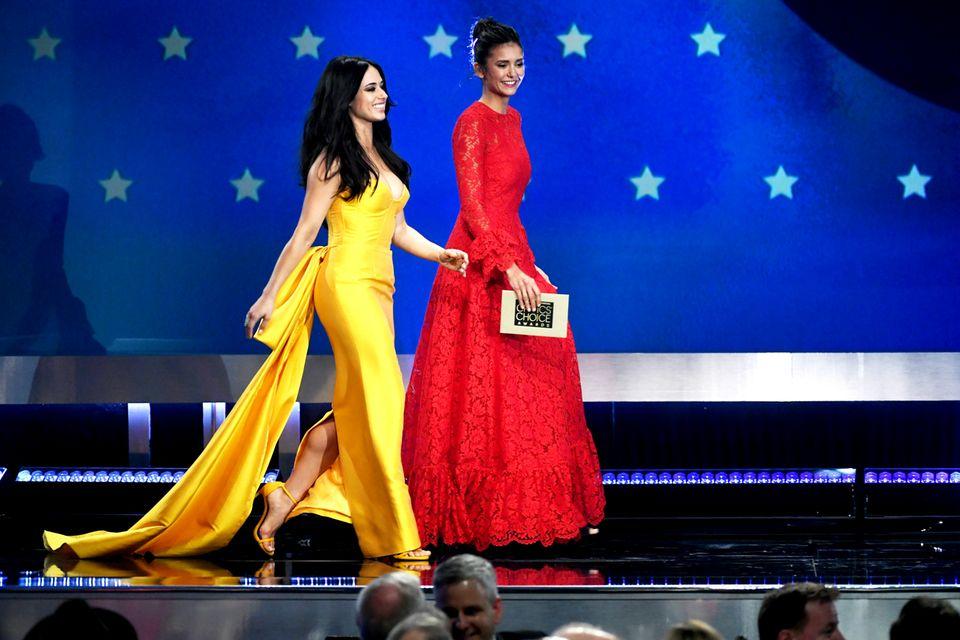Was für ein Hingucker: Jeanine Mason und Nina Dobrev bringen in ihren traumhaften Roben etwas Farbe auf die Bühne.