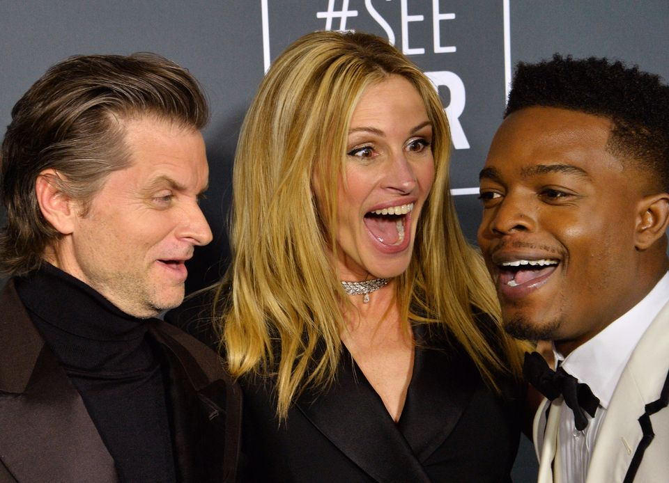 Dem charmanten Lachen von Julia Roberts kann niemand widerstehen, auch nichtShea Whigham und Stephan James.