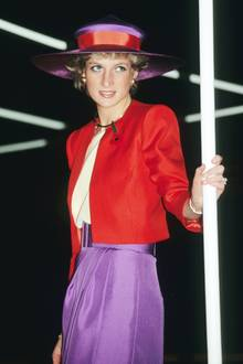 Diana macht's in 1989 vor: Sie kombiniert einen roten Blazer zu einem lila Rock. Der Hut nimmt beide Farben erneut auf. Toll!