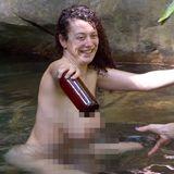 Im Dschungelcamp gönnt sich Kandidatin Leila Lowfire ein Bad im See, dabei sieht es durch denbesonderen Blickwinkel so aus, als habe die Sex-Expertin einen verkürzten T.-Rex-Arm.