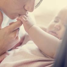 Eine Mutter und ihr Neugeborenes