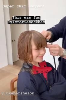 Während Luke Hersheson ihr die Haare schneidet, rührt sich Harper Beckham nicht. Das Filmen übernimmt Mama Victoria.