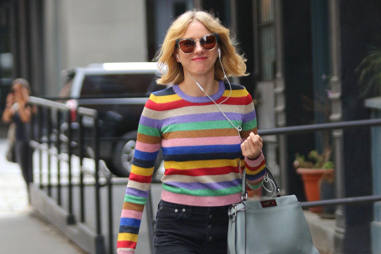 Naomi Watts trägt einen Streifenpullover aus Lurex, der ihren Lässig-Look glamourisiert
