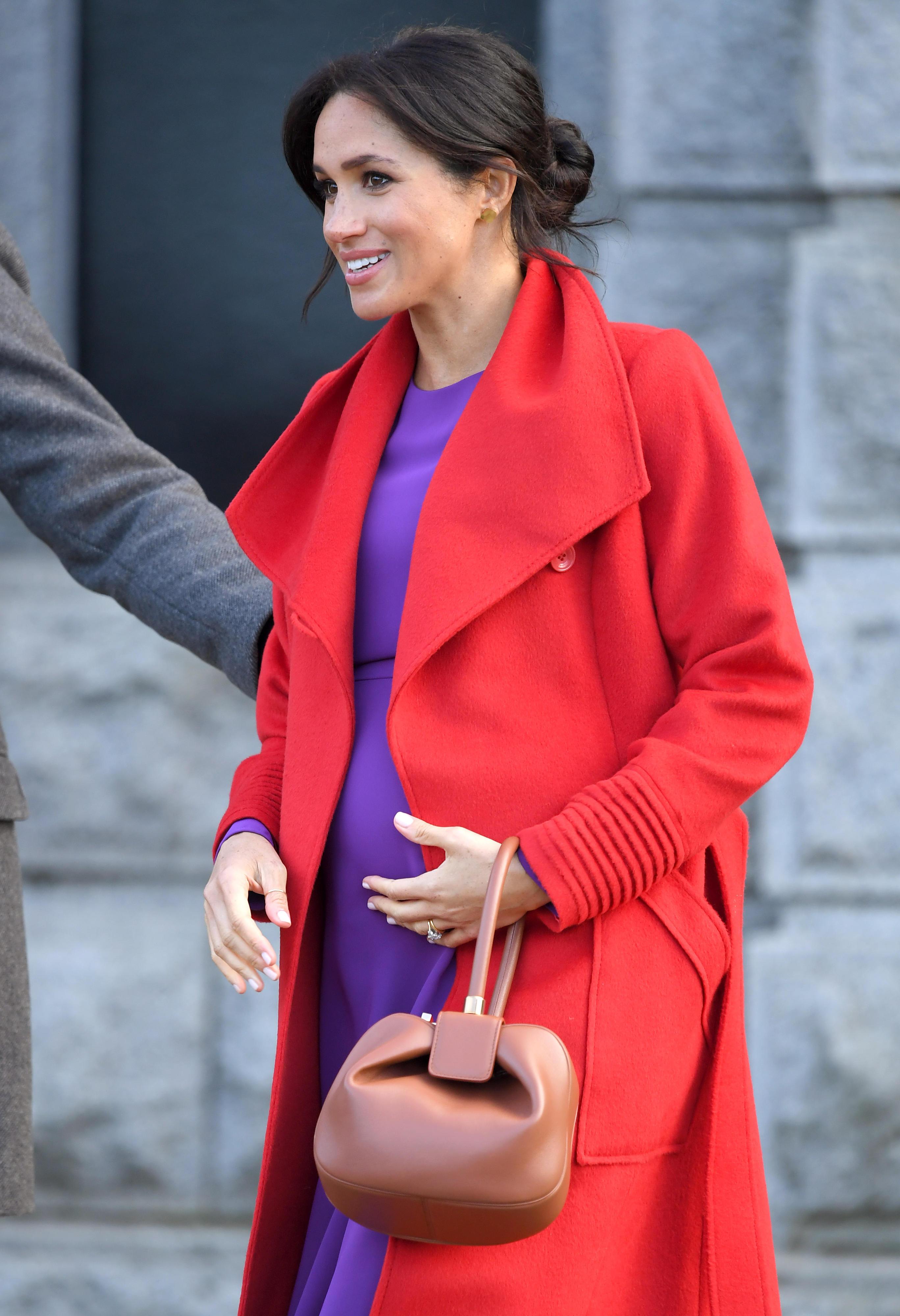 Herzogin Meghan zeigt sich in Birkenhead ineinem farbenfrohen Outfit.