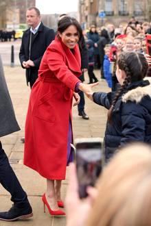Dank ihres auffälligen Outfits ist Herzogin Meghan überall gut zu sehen, auch die kleinsten Fans haben somit eine gute Sicht auf die Herzogin.
