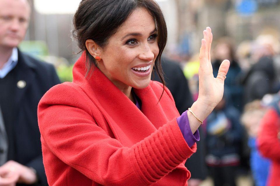 An den Schultern ist Herzogin Meghans Mantel zu breit, an den Ärmeln zu weit. Besonders wenn sie zum Winken ihren Arm hebt, fällt die falsche Konfektion auf.