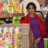 """Auch wenn die Windsors alle ihr eigenes Haushaltspersonal haben, das sich für sie um die Wocheneinkäufe kümmert, versuchen Prinz Harry und Herzogin Meghan ein ganz normales Leben zu führen und ab und an selbst einzukaufen.  Diese Fotos entstehen jedoch während der offiziellen Eröffnung von Nummer 7 (""""Feeding Birkenhead"""" Supermarkt und Café)im Pyramids Shopping Centre."""
