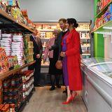 In ungewohnter Umgebung? Im Discounter in Birkenhead staunen Prinz Harry und seine Meghan nicht schlecht, über das vielfältige Angebot.