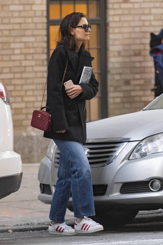 Weite Jacke, Wide-Fit-Jeans, Sneaker - beim Schlendern durch New York ist Katie Holmes in gemütlicher Kleidung unterwegs. Dazu passt auch ihr ungemachtes Haar. Nicht aber ihre Chanel-Tasche, die alles andere als einen lässigen Preis hat.