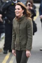 Die Jacke von Kate stammt von dem Label Dubarryund erinnert mit den verzierten Knöpfen stark an ein Trachten-Modell.