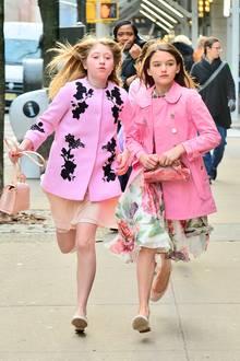 Vom Winter lässt sich Suri Cruise nicht beeindrucken. Dicke Daunenjacken in tristen Farben? Nein, danke! Lieber zieht sich die Tochter von katie und Tom frühlingshafte Kleider und Ballerinas an. Der pinke Mantel schützt dennoch vor Kälte.