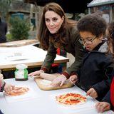 """In der Pizzabäckerei: Bei ihrem Besuch im """"King Henry's Walk Garden"""" macht Herzogin Catherine mit den Kindern dort gemeinsam Pizza."""